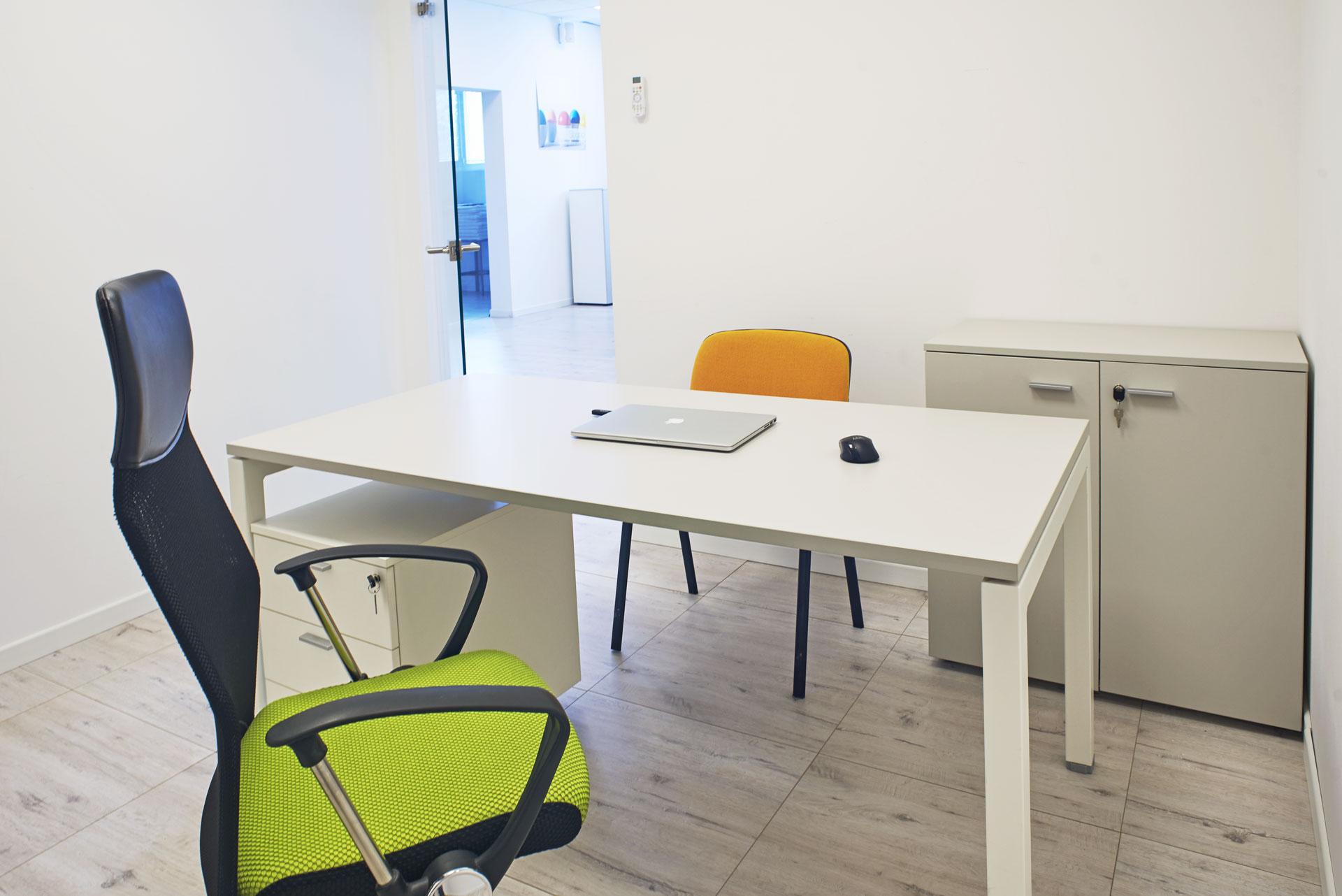 Ufficio Privato dall'Interno con scrivania, cassettiera, armadio e sedia regolabile