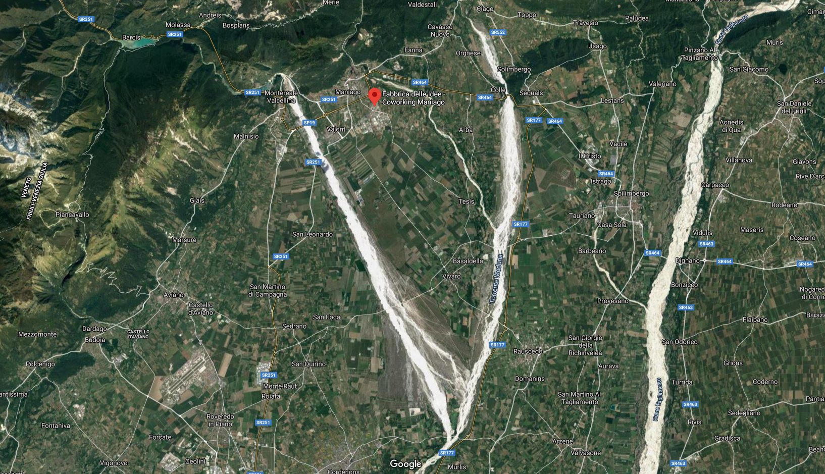 Mappa satellitare della posizione della Fabbrica delle Idee Maniago in mezzo ai torrenti Cellina e Colvera e con il fiume Tagliamento sulla destra